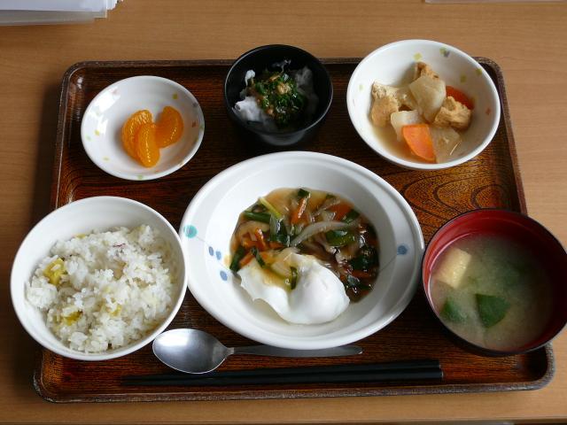今日のお昼は、落とし卵の野菜あんかけ、含め煮、つぶし里芋のなめたけがけ、味噌汁、果物です。