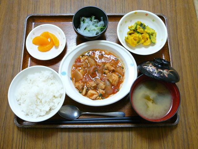今日のお昼は、鶏肉のトマト煮、かぼちゃサラダ、浅漬け、味噌汁、果物です。