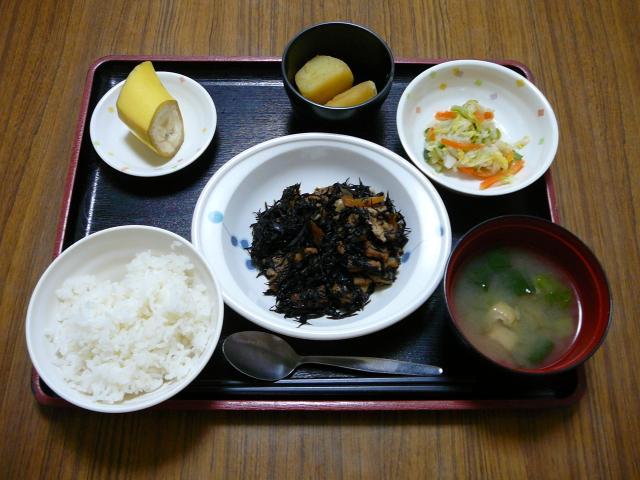 今日のお昼は、磯炒め、おろし和え、さつま芋煮、味噌汁、果物です。
