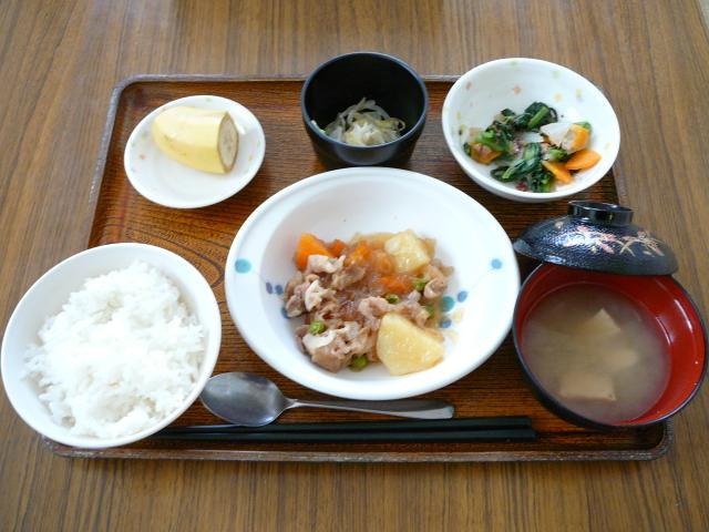 今日のお昼は、肉じゃが、みそマヨ和え、お浸し、味噌汁、果物です。