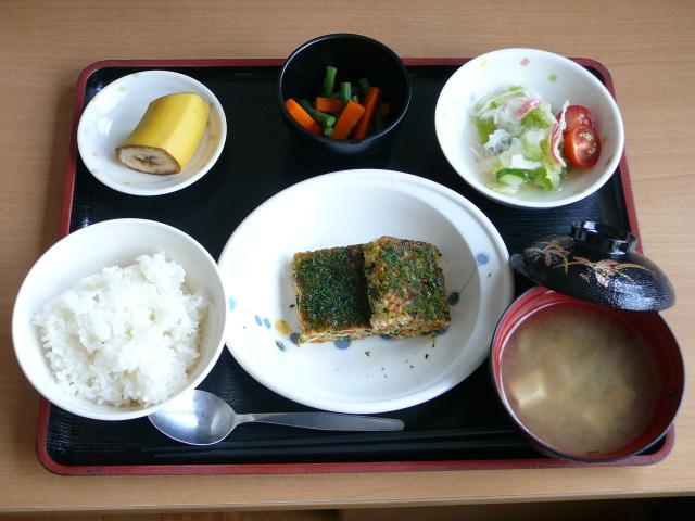 今日のお昼は、松風焼き、おろし和え、だし漬け、味噌汁、果物です。