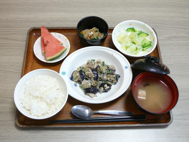 今日のお昼は、和風マーボーなす、切り干し煮、浅漬け、味噌汁、果物です。