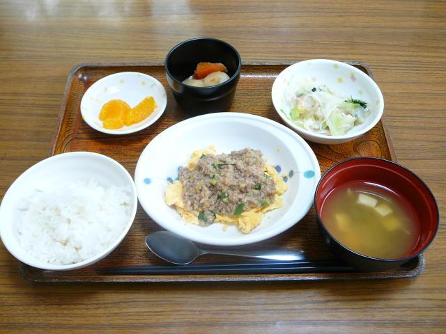 今日のお昼は、麻婆いり卵、おろし和え、煮物、味噌汁、果物です。