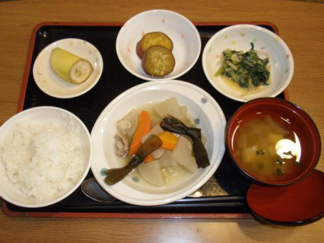 今日のお昼は、和風ポトフ、酢味噌和え、さつま芋の甘辛煮、味噌汁、果物です。