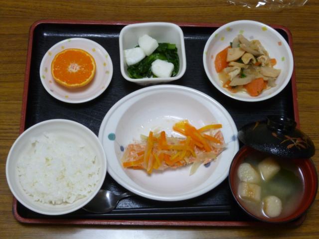 今日のお昼は、鮭のゆず蒸し、旨煮、ごま和え、味噌汁、果物でした。