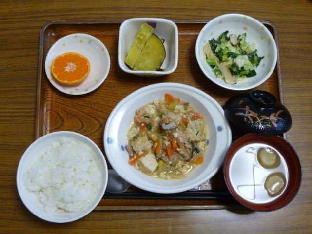 今日のお昼は、肉豆腐、みそマヨ和え、さつま芋煮、味噌汁、果物です。