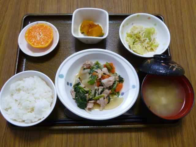 今日のお昼は、豚肉と大根の煮物、酢みそ和え、かぼちゃ煮、味噌汁、果物です。