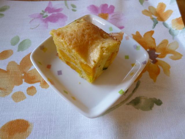今日のおやつは【かぼちゃケーキ】です。