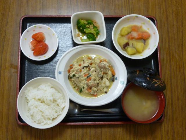 今日のお昼は、炒り豆腐、ほうれん草の天かす和え、コロコロ煮、味噌汁、果物です。