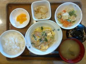 きょうのお昼ご飯は、中華風あんかけオムレツ、温野菜、煮物、味噌汁、果物でした。