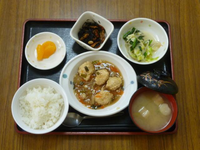 今日のお昼は、つくねあんかけ、青菜和え、煮物、味噌汁、果物です。