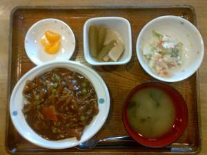 きょうのお昼ご飯は、ハヤシライス、サラダ、含め煮、味噌汁、果物でした。