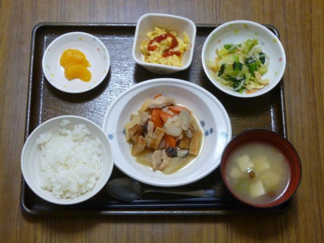 今日のメニューは、筑前煮、和え物、コーン入り炒り卵、味噌汁、果物です。