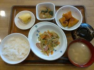 きょうのお昼ご飯は、ウインナーと野菜の炒め煮、いとこ煮、がんも含め煮、味噌汁、果物でした。
