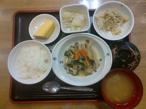 今日のお昼ご飯は、炊き合わせ、和え物、粉ふき芋、味噌汁、果物でした。