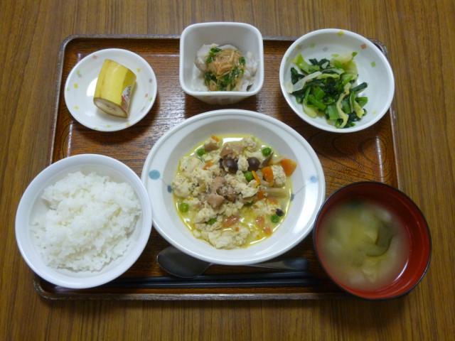 今日のお昼は、炒り豆腐、胡麻和え、つぶし里芋のなめたけがけ、味噌汁、果物です。