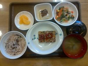 今日のお昼ご飯は、お赤飯、和風ミートローフ、ごま和え、ちりめん奴、味噌汁、果物でした。