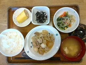 きょうのお昼ご飯は、大根と豚肉のこってり煮、和え物、酢の物、味噌汁、果物でした。