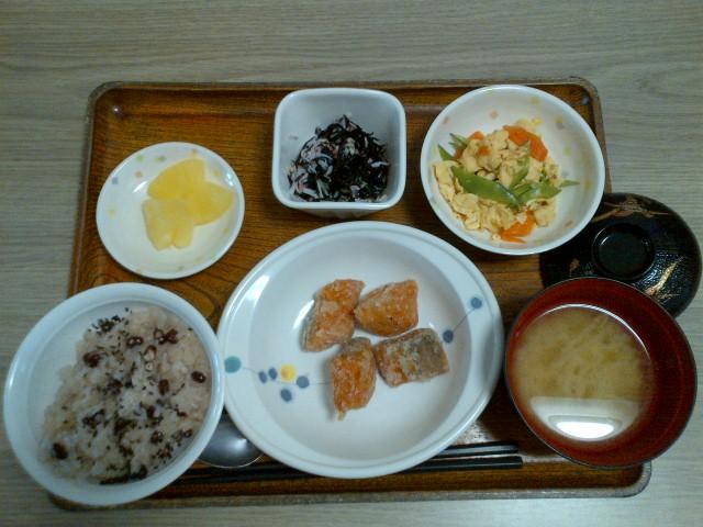 きょうのお昼ごはんは、豚肉とキャベツの味噌炒め、梅香味奴、お浸し、味噌汁、果物でした。
