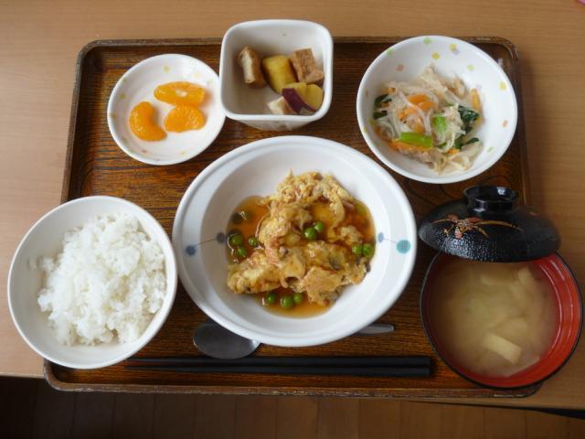 今日のお昼は、かにたま、春雨の和え物、煮物、味噌汁、果物です。