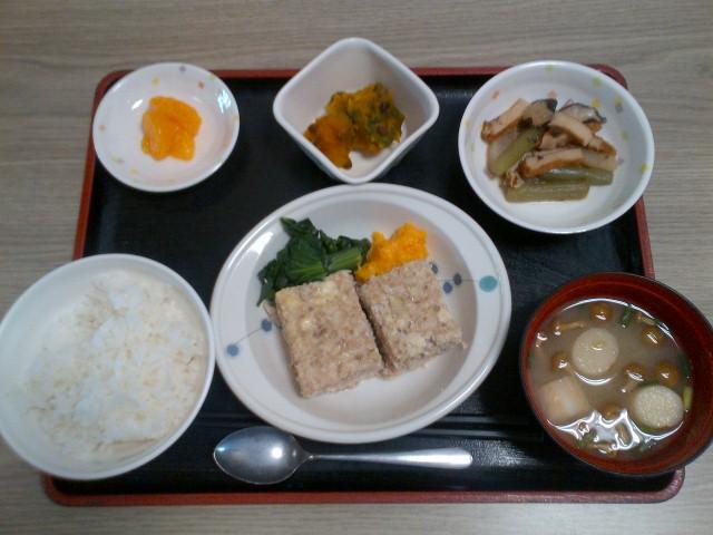 きょうのお昼ごはんは、挽き肉のしぐれ煮、煮物、ほろ苦炒め、味噌汁、果物でした。