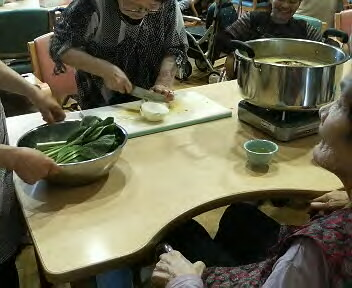 皆さんでお味噌汁作りです玉ねぎの皮をむく方野菜を切る方お鍋に野菜を入れる方ニコニコしながら見守る方様々な形で参加してくださっています