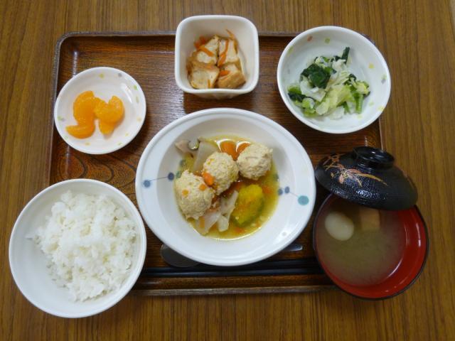 今日のお昼は、肉団子と野菜のスープ煮、サラダ、煮物、味噌汁、果物です。
