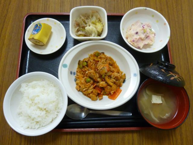 今日のお昼は、ポークケチャップ、煮浸し、しば漬けポテト、味噌汁、果物です。