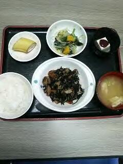 きょうのお昼ごはんは、磯炒め、和え物、梅香味奴、味噌汁、果物です