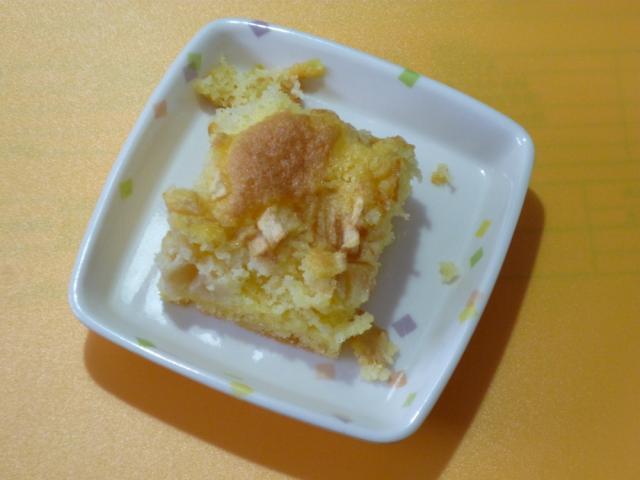 今日のおやつは、【米粉リンゴケーキ】です。