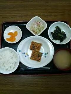 きょうのお昼ごはんは、千草焼き、おろし和え、煮物、味噌汁、果物でした。