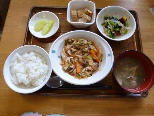 今日のお昼は、鶏肉のケチャップ炒め、芋和え、厚揚げ煮、味噌汁、果物です。