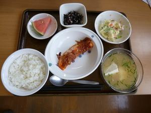 今日のお昼は、鮭のねぎ味噌焼き、ポテトサラダ、酢の物、冷汁、果物です。