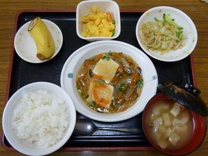 今日のお昼は、豆腐の野菜あんかけ、炒り卵、お浸し、味噌汁、果物です。