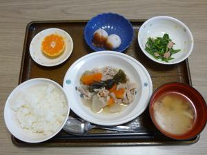 今日のお昼は、和風ポトフ、マヨ和え、里芋のみそだれ、味噌汁、果物です。