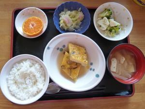 今日のお昼は、ねぎ卵焼きの甘酢あん、さっと煮、温野菜、味噌汁、果物です。