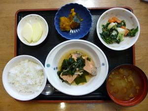 今日のお昼は、鮭のなると煮、じゃがいもの酢みそ和え、かぼちゃ煮、味噌汁、果物です。