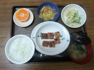 きょうのお昼ご飯は、れんこんハンバーグ、野菜炒め、マカロニサラダ、味噌汁、果物でした。