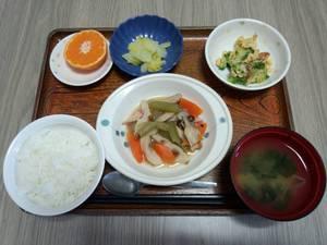 今日のお昼は 炊き合わせ ブロッコリーの炒り卵 浅漬け 味噌汁 果物です。