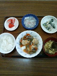 今日のお昼ごはんは、鶏つくね煮白和えくず煮味噌汁くだものです