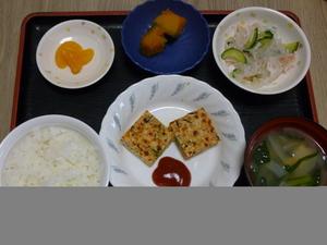 今日のお昼は、和風ミートローフ、かぼちゃ煮、春雨の酢の物、味噌汁、果物です。