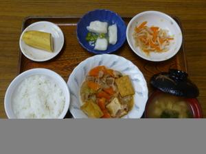 今日のお昼は、豚肉と厚揚げのみそ炒め、くず煮、ナムル、味噌汁、果物です。