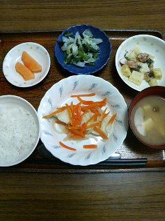 今日のお昼ごはんは白身魚のレモン蒸しいもいもサラダ浅漬け??味噌汁くだものです