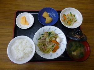 今日のお昼は、八宝菜、中華和え、じゃが煮、味噌汁、果物です。