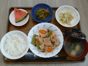 今日のお昼は、炊き合わせ、ごま和え、きんぴら、味噌汁、果物です。
