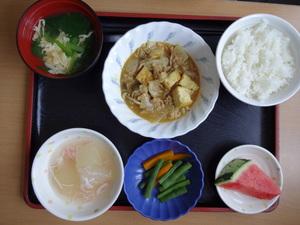 今日のお昼ごはんは、厚揚の和風カレー煮、だし漬け、とうかんのあんかけ、味噌汁、果物でした。