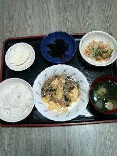 今日のお昼ご飯は麻婆炒り卵春雨サラダひじきの煮物味噌汁?果物?です