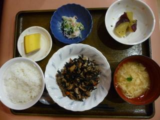 きのうのお昼は、磯炒め、おろし和え、大学芋煮、味噌汁、果物でした。