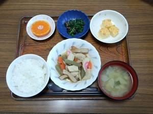 今日のお昼は、炊き合わせ、はんぺんのピカタ、梅じそ和え、味噌汁、果物です。