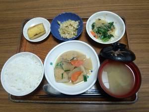 今日のお昼は、がんもと根菜の含め煮、辛し和え、卵とじ、味噌汁、果物です。